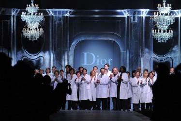 El equipo de Dior recibiendo el último aplauso. Credito: Getty Images