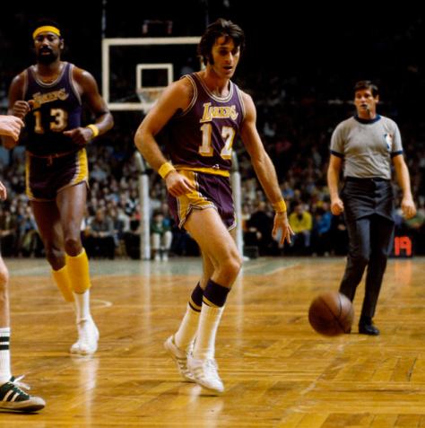El joven Pat Riley va por el balón que ha caído de sus manos.Crédito: http://www.marca.com/albumes/2013/03/15/lakers_1972_nba/index_11.html