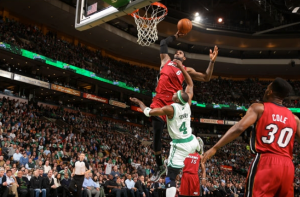James (Miami) supera con facilidad a Terry (Boston) para poder anotar.Crédito: http://www.nba.com/