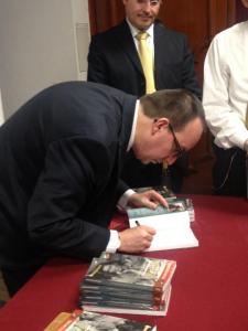 Al finalizar el evento, Óscar Colorado obsequió y firmó algunos ejemplares del libro. (Crédito: DiarioUP)