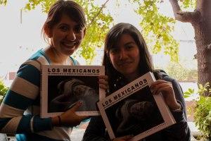 Andrea Saint Martín y Diana Conelly, estudiantes de Fotoperiodismo Avanzado, recibieron el libro con fotografías suyas / Foto: Mará Fernanda Carranza