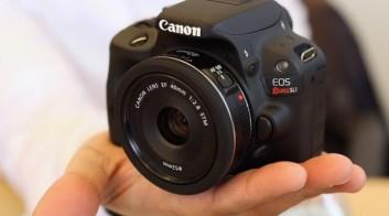 Así de pequeña es la Canon Rebel EOS SL1, la réflex más pequeña del mundo. Crédito:  Luncurkan Camera.
