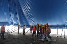 Hombres se preparan para levantar la carpa del Cirque Du Soleil / Foto: Arturo Manjarrez