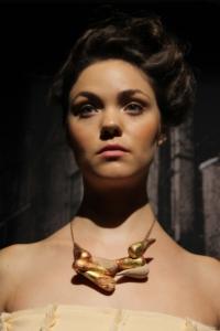 Los accesorios fueron hechos de madera cubierta con hojas de imitación de oro y correas de piel / Foto: Michelle López