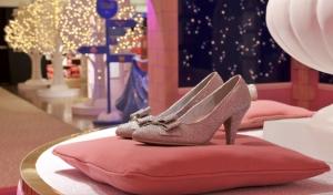 Se hicieron 10 mil zapatillas de Cenicienta, su costo varió entre las 24 y 34 libras / Foto:  harrods.com