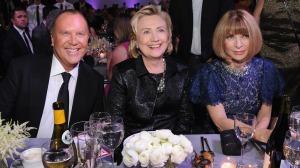 Michael Kors, Hillary Clinton, y Anna Wintour durante la premiación / Crédito: Getty Images, hollywoodreporter.com