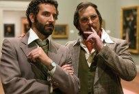 Bradley Cooper y Christian Bale caracterizados a la perfección dentro de la mafia estadounidense en American Hustle / Foto: highlighthollywood.com