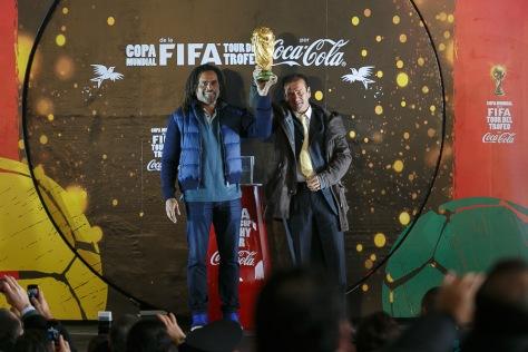 Christian Karembeu y Dunga con el Trofeo. Crédito: cocacola.com.mx