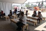 La gente escuchaba a personas declamar en la Carpa Literaria / J. Arturo Roseti