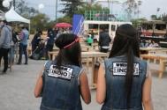"""Las chicas de """"Unión Indio"""" invitaban a la gente a unirse y regalaban globos / J. Arturo Roseti"""