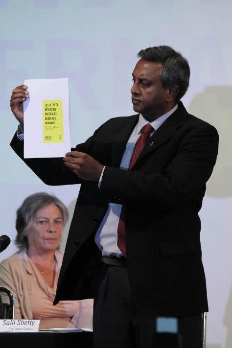 Salil Shetty dio a conocer el documento que enctregó al presidente Enrique Peña Nieto / Foto: Andrea Saint Martin